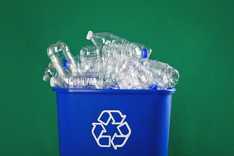 kubeł zplastikowymi butelkami
